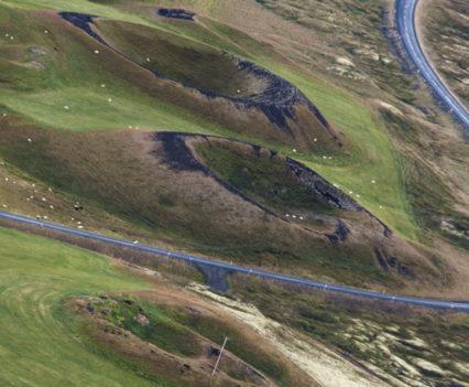 Fila de cráteres a los pies Vindbelgjarfjall