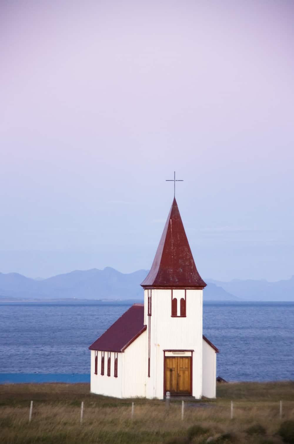 iglesia HEllnar parque nacional Snaefellsjokull Arnarstapi Islandia viajar por libre