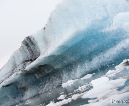 Icebergs de cerca desde el bote anfibio