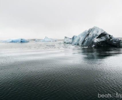 Bloques glaciares manchados de lava negra