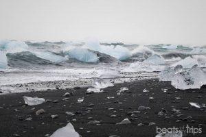 El mar golpeado los icebergs