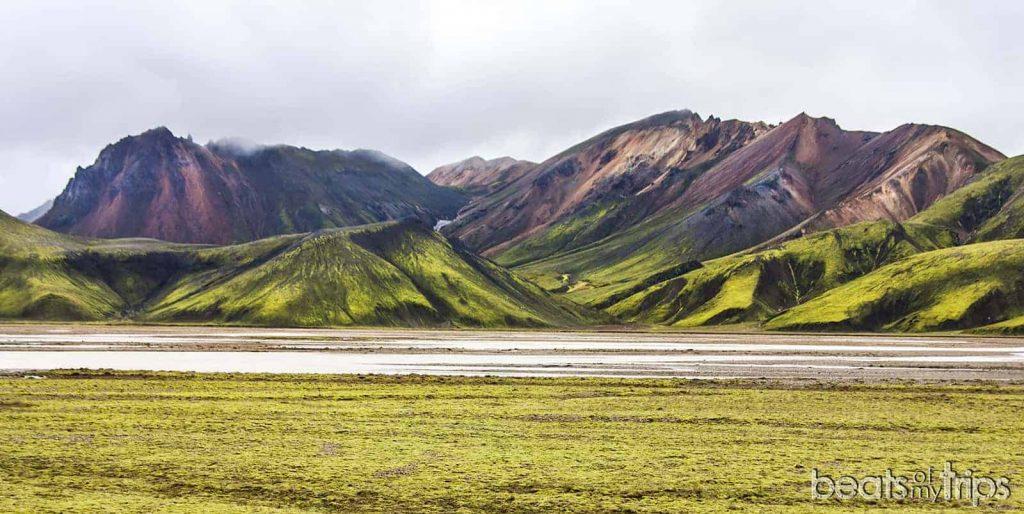 Montañas de colores Landmannalaugar que ver carretera de montaña F224 coche 4x4 alquiler Guia Islandia furgoneta imprescindibles