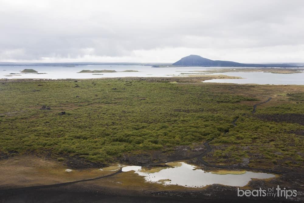Vindbelgjarfjall al fondo del lago Myvatn