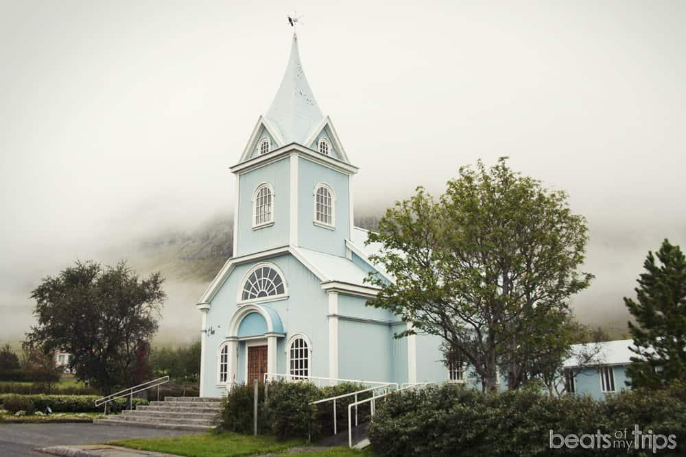 Seydisfjördur qué ver en los fiordos del este Islandia iglesia pasillo colores