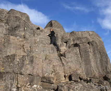 Subiendo por columnas de basalto en Sanddalur
