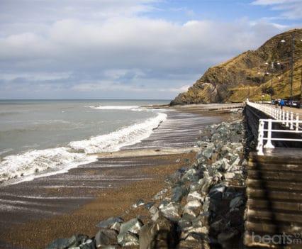Paseo marítimo Aberystwyth playa norte north beach viajar Gales Turismo Wales