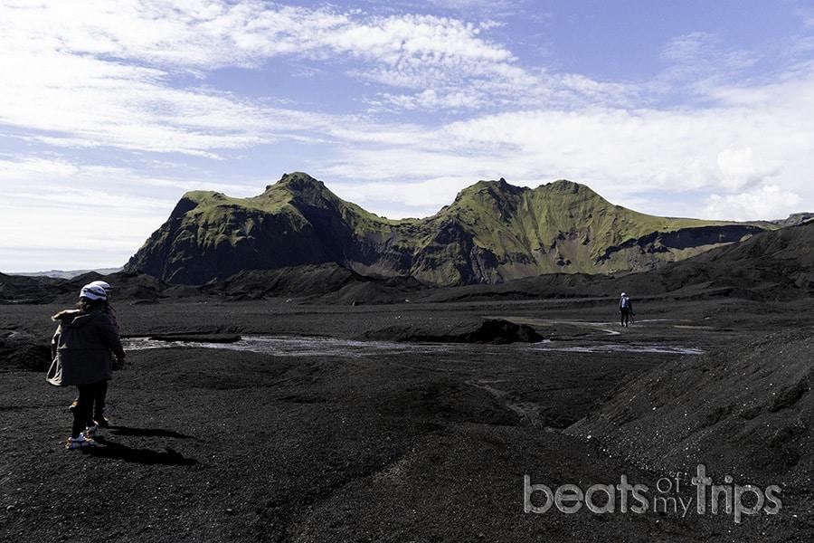 montañas verdes excursión cueva hielo Islandia qué ver