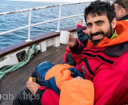 cubierta barco Husavik Islandia qué ver whale watching tour