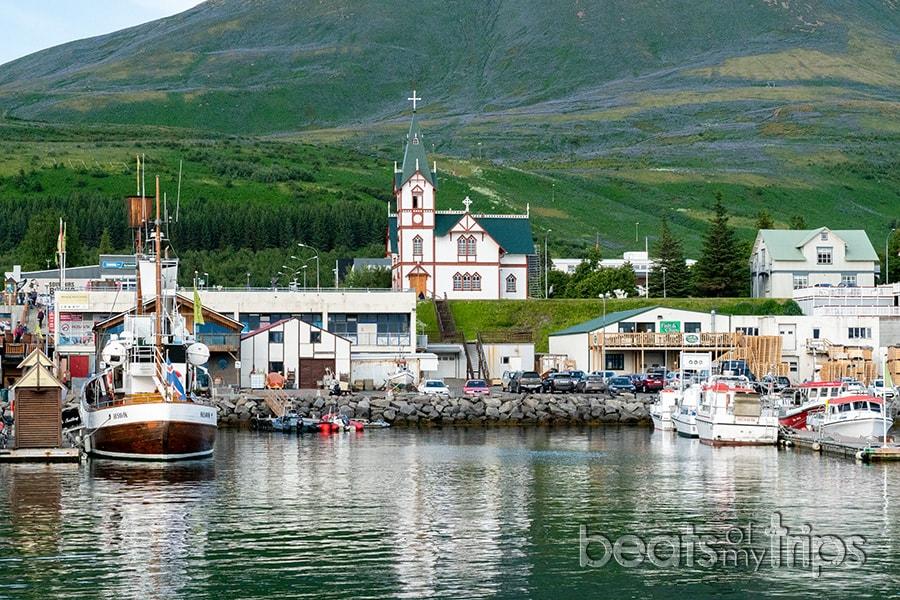Iglesia puerto Husavik Islandia qué ver hacer whale watching