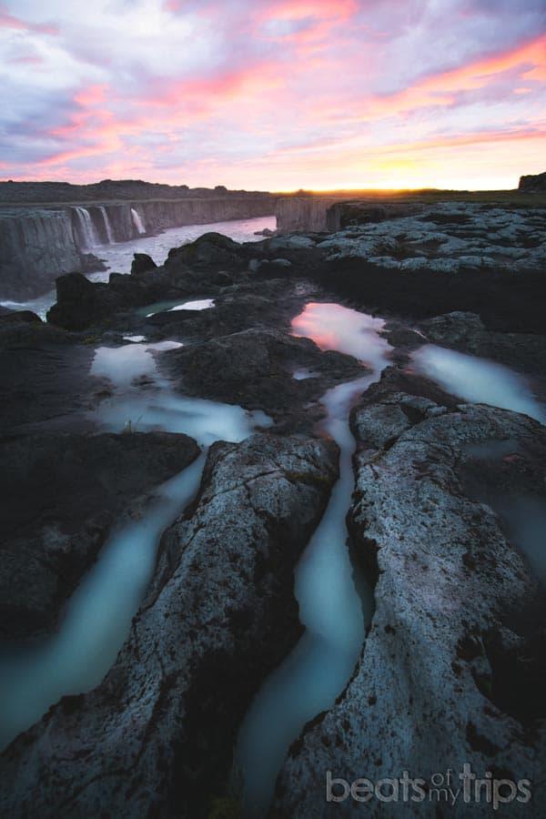 Islandia qué ver cascada selfoss sol medianoche atardecer
