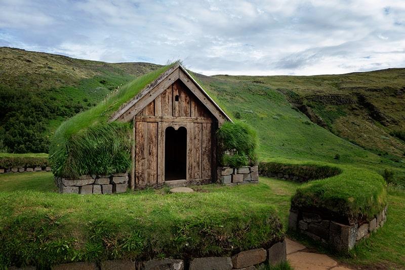 Þjóðveldisbærinn Stöng asentamiento vikingo turba hierba tejado Islandia Juego de tronos Game of Thrones