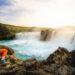 Chica en Cascada de los dioses Godafoss Islandia