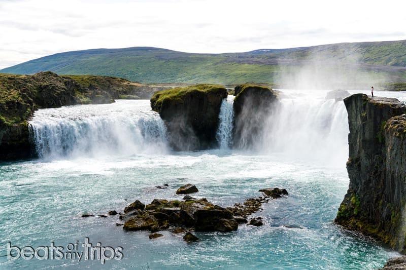 Cascada Goðafoss mide 12 metros de altura