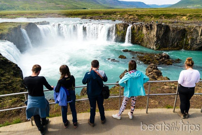 Turistas en Cascada Goðafoss en Islandia