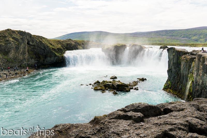 Vistas a la cascada Goðafoss en islandia
