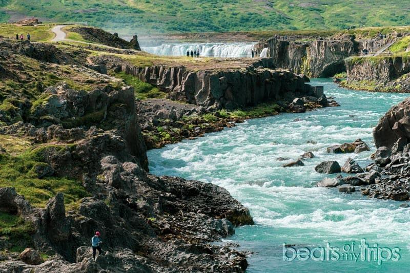 río Skjálfandafljót hacia cascada Goðafoss en Islandia